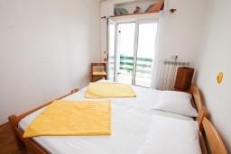 Спальня. Черногория, Нивице : Дом на берегу моря с отдельным входом, 4 спальни, 2 ванные, огромная гостиная с балконом и шикарным видом на море. Большая терраса на заднем дворе с барбекю. Приватный пляж с лежаками.
