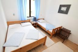 Спальня 3. Черногория, Нивице : Дом на берегу моря с отдельным входом, 4 спальни, 2 ванные, огромная гостиная с балконом и шикарным видом на море. Большая терраса на заднем дворе с барбекю. Приватный пляж с лежаками.