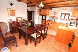 Кухня. Черногория, Герцег-Нови : 2-х этажный дом с 3-мя отдельными спальнями с ванными комнатами, с большой гостиной и кухней, с бассейном, с большой террасой с видом на море, место для барбекю, в тихом месте