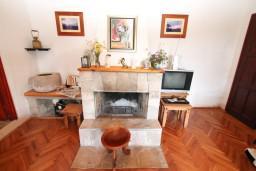 Гостиная. Черногория, Герцег-Нови : 2-х этажный дом с 3-мя отдельными спальнями с ванными комнатами, с большой гостиной и кухней, с бассейном, с большой террасой с видом на море, место для барбекю, в тихом месте