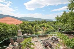 Вид. Черногория, Герцег-Нови : 2-х этажный дом с 3-мя отдельными спальнями с ванными комнатами, с большой гостиной и кухней, с бассейном, с большой террасой с видом на море, место для барбекю, в тихом месте