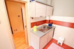 Кухня. Черногория, Игало : Современный апартамент с отдельной спальней, с балконом с видом на море