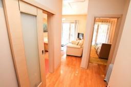 Коридор. Черногория, Игало : Современный апартамент с отдельной спальней, с балконом с видом на море