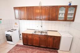 Кухня. Черногория, Нивице : Апартамент для 4-7 человек, с 2-мя отдельными спальнями, с террасой с видом на море, 100 метров до пляжа