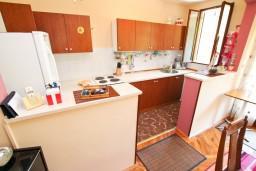 Кухня. Черногория, Зеленика : Апартамент для 9 человек, с 3-мя отдельными спальнями, с 2-мя ванными комнатами, 80 метров до моря