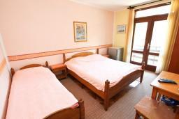 Спальня 2. Черногория, Зеленика : Апартамент для 9 человек, с 3-мя отдельными спальнями, с 2-мя ванными комнатами, 80 метров до моря