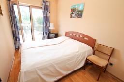 Спальня. Черногория, Игало : Современный апартамент с отдельной спальней, с балконом с видом на море