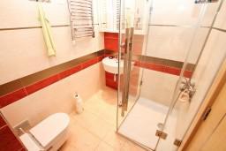 Ванная комната. Черногория, Игало : Современный апартамент с отдельной спальней, с балконом с видом на море