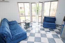 Гостиная. Черногория, Рафаиловичи : Апартамент для 5-9 человек, с 2-мя отдельными спальнями, 70 метров до моря