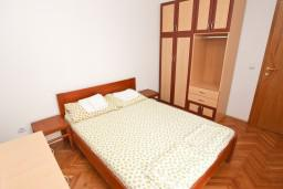 Спальня 2. Черногория, Рафаиловичи : Апартамент для 5-9 человек, с 2-мя отдельными спальнями, 70 метров до моря