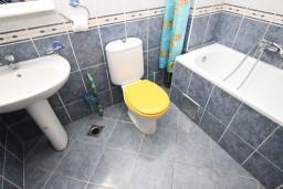 Ванная комната. Черногория, Рафаиловичи : Апартамент для 5-9 человек, с 2-мя отдельными спальнями, 70 метров до моря