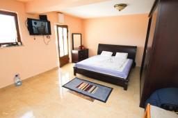 Спальня. Черногория, Риека Режевичи : Шикарный дом с 5 отдельными спальнями, с 5 ванными комнатами, с большой гостиной и кухней, с бассейном, с местом для барбекю, с террасой с видом на море, Wi-Fi