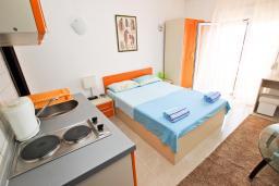 Студия (гостиная+кухня). Черногория, Петровац : Студия с балконом и частичным видом на море