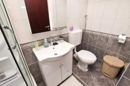 Ванная комната. Черногория, Петровац : Студия с балконом и частичным видом на море