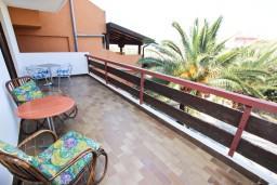 Терраса. Черногория, Бечичи : Апартамент для 5-6 человек, с 2-мя отдельными спальнями, с большой гостиной, с террасой