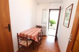 Кухня. Черногория, Герцег-Нови : Апартамент для 4-5 человек, с 2-мя отдельными спальнями, с балконом с видом на море, возле пляжа