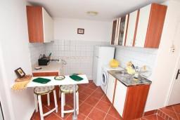 Кухня. Черногория, Герцег-Нови : 3-х этажный дом с 5 отдельными спальнями, с 5 ванными комнатами, с бассейном, с 3 террасами с шикарным панорамным видом на море