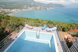 Бассейн. Черногория, Герцег-Нови : 3-х этажный дом с 5 отдельными спальнями, с 5 ванными комнатами, с бассейном, с 3 террасами с шикарным панорамным видом на море