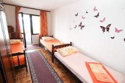 Спальня 2. Черногория, Биела : Апартамент для 5 человек, с 2-мя отдельными спальнями, с террасой с видом на море