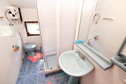 Ванная комната. Черногория, Биела : Апартамент для 5 человек, с 2-мя отдельными спальнями, с террасой с видом на море