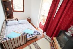 Спальня. Черногория, Биела : Апартамент с отдельной спальней, с балконом с видом на море