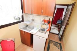 Кухня. Черногория, Биела : Апартамент с отдельной спальней, с балконом с видом на море