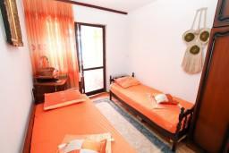 Спальня. Черногория, Биела : Апартамент для 6 человек, с 3-мя отдельными спальнями, с большой гостиной, с балконом с видом на море