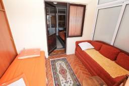 Спальня 2. Черногория, Биела : Апартамент для 6 человек, с 3-мя отдельными спальнями, с большой гостиной, с балконом с видом на море