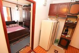 Коридор. Черногория, Биела : Апартамент для 6 человек, с 3-мя отдельными спальнями, с большой гостиной, с балконом с видом на море