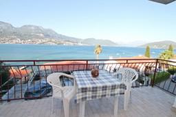 Терраса. Черногория, Нивице : Апартамент для 5-7 человек, с 2-мя отдельными спальнями, с террасой с видом на море, 100 метров до пляжа