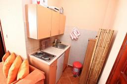 Кухня. Черногория, Доня Ластва : Апартамент для 3-5 человек, с отдельной спальней, 50 метров до моря