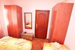 Спальня. Черногория, Доня Ластва : Апартамент для 3-5 человек, с отдельной спальней, 50 метров до моря