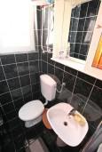 Ванная комната. Черногория, Доня Ластва : Апартамент для 3-5 человек, с отдельной спальней, 50 метров до моря