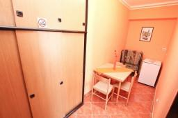 Гардеробная / шкаф. Черногория, Обала Джурашевича : Апартамент с отдельной спальней, с террасой с видом на море