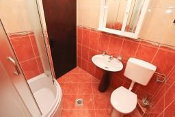 Ванная комната. Черногория, Обала Джурашевича : Апартамент с отдельной спальней, с террасой с видом на море
