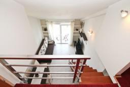 Лестница наверх. Черногория, Обала Джурашевича : Двухуровневый апартамент с отдельной спальней, с балконом с шикарным видом на море