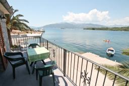 Вид на море. Черногория, Радовичи : Апартамент с отдельной спальней, с балконом с шикарным видом на море, возле пляжа