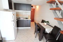 Кухня. Черногория, Обала Джурашевича : Двухуровневый апартамент с отдельной спальней, с балконом с шикарным видом на море