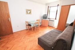 Гостиная. Черногория, Герцег-Нови : Апартамент с отдельной спальней, с террасой с шикарным видом на море, возле пляжа