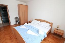 Спальня. Черногория, Герцег-Нови : Апартамент с отдельной спальней, с террасой с шикарным видом на море, возле пляжа