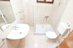 Ванная комната. Черногория, Герцег-Нови : Апартамент с отдельной спальней, с террасой с шикарным видом на море, возле пляжа