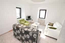 Гостиная. Черногория, Столив : Апартамент для 4-6 человек, с 2-мя отдельными спальнями, с 2-мя ванными комнатами, 15 метров до моря