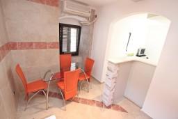 Кухня. Черногория, Столив : Апартамент для 4-6 человек, с 2-мя отдельными спальнями, с 2-мя ванными комнатами, 15 метров до моря