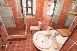 Ванная комната. Черногория, Столив : Апартамент для 4-6 человек, с 2-мя отдельными спальнями, с 2-мя ванными комнатами, 15 метров до моря