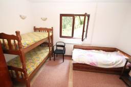 Спальня. Черногория, Доня Ластва : Апартамент для 7-8 человек, с 2-мя отдельными спальнями, с 2-мя ванными комнатами (ванна и душ), с террасой с видом на море, 100 метров до пляжа