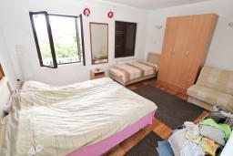 Спальня 2. Черногория, Доня Ластва : Апартамент для 7-8 человек, с 2-мя отдельными спальнями, с 2-мя ванными комнатами (ванна и душ), с террасой с видом на море, 100 метров до пляжа