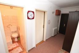 Коридор. Черногория, Доня Ластва : Апартамент для 7-8 человек, с 2-мя отдельными спальнями, с 2-мя ванными комнатами (ванна и душ), с террасой с видом на море, 100 метров до пляжа