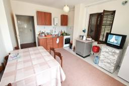 Кухня. Черногория, Доня Ластва : Апартамент для 7-8 человек, с 2-мя отдельными спальнями, с 2-мя ванными комнатами (ванна и душ), с террасой с видом на море, 100 метров до пляжа