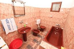 Ванная комната. Черногория, Доня Ластва : Апартамент для 7-8 человек, с 2-мя отдельными спальнями, с 2-мя ванными комнатами (ванна и душ), с террасой с видом на море, 100 метров до пляжа