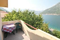 Балкон. Черногория, Столив : Студия с балконом с шикарным видом на залив, возле пляжа